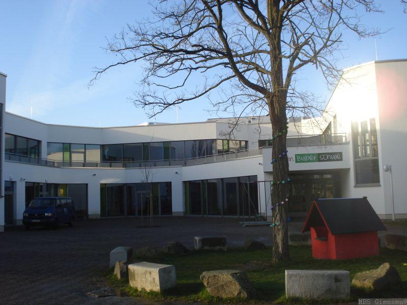 Schulgebäude und Spielhaus